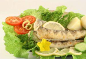 Рыба на пару и свежие овощи