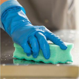 Убирать остатки крови с различных поверхностей нужно в резиновых перчатках