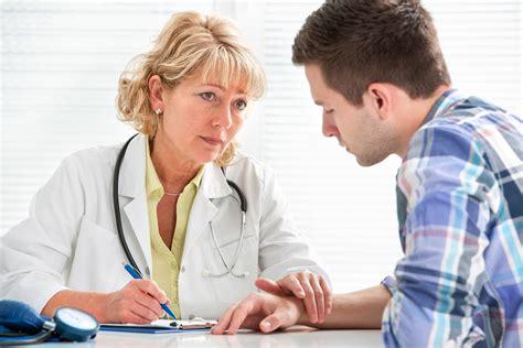 врач в кабинете с пациентом